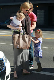 Nicole Kidman matched her earth mom style with a tan leather tote.