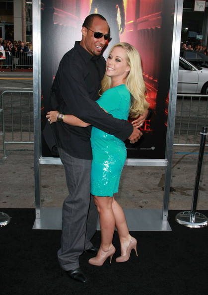Kendra stood out in a bright turquoise cocktail dress and a pair of nude leather pumps. The heels didn't take away from the bold dress.