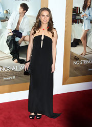 Natalie Portman paired her flawless maternity gown with black Todeschi sandals.