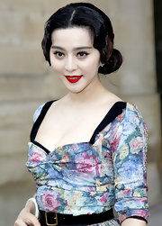 Fan Bingbing highlighted her natural look with bright red lipstick. Retro waves completed her ladylike look.