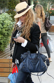 Paulina dons a stiff rimmed fedora for her shopping trip in Hollywood.