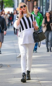 Anne V continued the laid-back vibe with a pair of white skinny jeans.