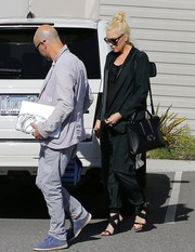 Gwen Stefani infused an ultra-feminine touch into her look with a pair of sexy black cross-strap sandals.