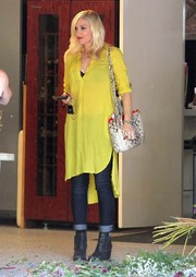 Gwen Stefani complemented her casual outfit with a fierce snakeskin shoulder bag.