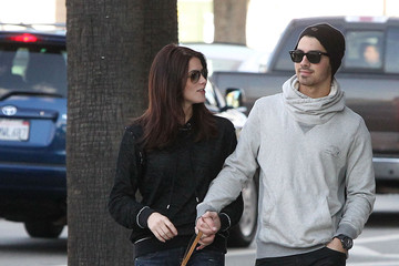 Joe Jonas Ashley Greene Reese Witherspoon Jogging With A Friend