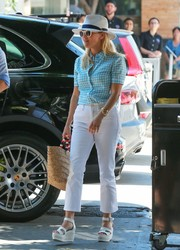 Reese Witherspoon looked darling in a turquoise gingham shirt while grabbing lunch with friends.