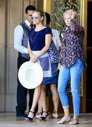 Reese Witherspoon was spotted at the Four Seasons Hotel wearing a simple yet cute cobalt T-shirt.