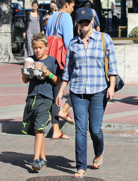 More Pics of Reese Witherspoon Flip Flops (4 of 28) - Flip Flops Lookbook - StyleBistro