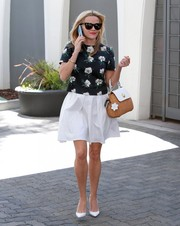 Reese Witherspoon pulled her stylish outfit together with a pair of white pumps by Christian Louboutin.