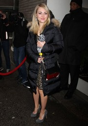 AnnaSophia Robb topped off her ensemble with a stylish tricolor chain-strap bag.