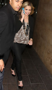 Sarah Michelle Gellar added interest to her monochromatic look with an abstract print tank.