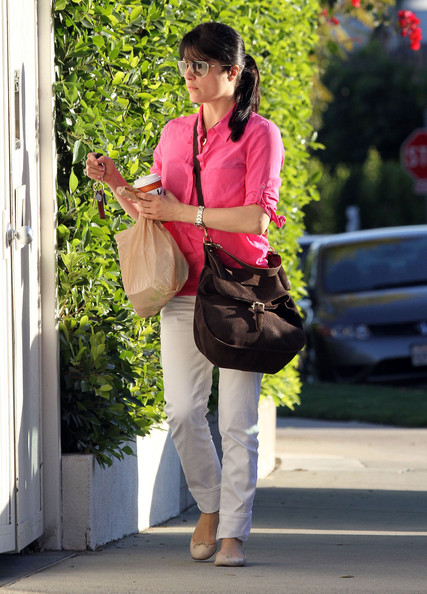 Selma Blair gave her spring style an earthy touch with a chocolate suede hobo bag.