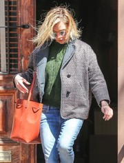 Sienna Miller styled her casual getup with an orange leather bucket bag by Mansur Gavriel.