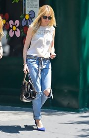 Sienna pulled off this casual look with a pair of light-wash ripped jeans.