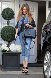 Sofia Vergara styled her casual outfit with black broad-strap platform sandals.