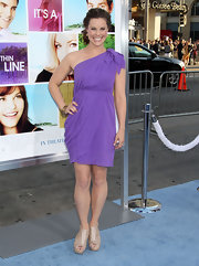 Ashley Williams looked fresh in a draped lilac one-shoulder dress for the movie premiere.