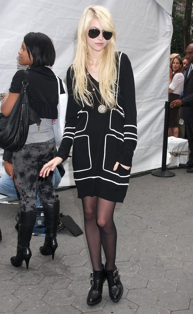 Taylor Momsen Goes Bottomless In A Way Too Sexy Outfit ...