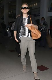 Taylor topped off her travel look with this loose-fitting black blazer.