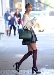 Taylor Swift carried her cat along with her favorite green leather tote.