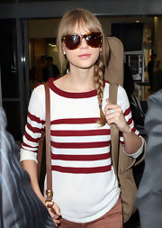 Taylor Swift kept her airport look classic with oversize tortoiseshell wayfarers.