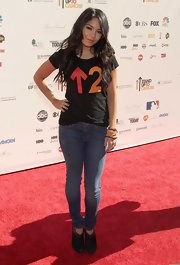 Vanessa Hudgens wore medium wash skinny jeans on the red carpet for the 2010 Stand Up To Cancer event.