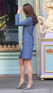Kate Middleton paired her look with simple suede pumps.