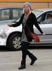 Tori Spelling finished off her nautical look with a tan leather crossbody bag and Chanel-esque pearls.