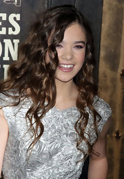 Hailee Steinfeld rocked ringlet curls to the New York premiere of 'True Grit.'