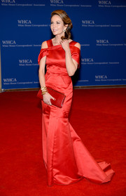 Diane Lane looked stunning in a red drop-sleeve gown during the White House Correspondents' Association Dinner.