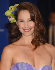 Ashley Judd amped up the sweetness with this flower-adorned wavy hairstyle at the White House Correspondents' Association Dinner.