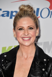 Sarah Michelle Gellar styled her hair into a loose top bun for 102.7 KIIS FM's Jingle Ball 2017.