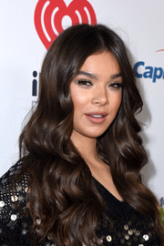 Hailee Steinfeld prettied up her eyes with metallic silver shadow for 102.7 KIIS FM's Jingle Ball 2018.