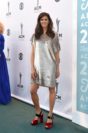 For her footwear, Karen Fairchild channeled the '60s with a pair of chunky two-tone sandals.