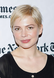 Michelle Williams framed her face with short straight locks. A modern side part completed her look.