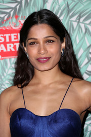 Freida Pinto wore her hair down with a center part and soft waves at the Women in Film pre-Oscar cocktail party.