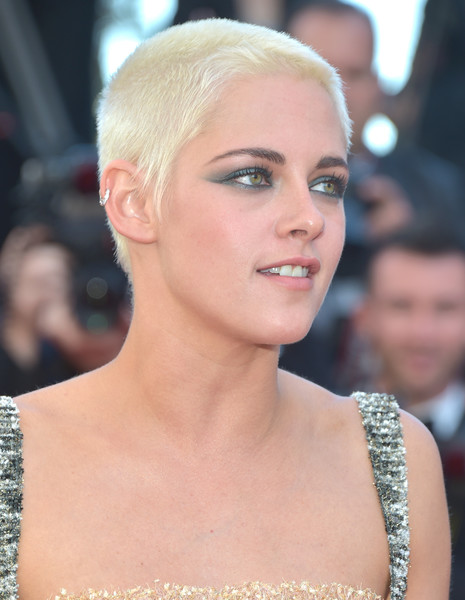 For her beauty look, Kristen Stewart went for a smoky application of jewel-tone eyeshadow.