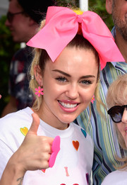 Miley Cyrus sported a glossy pink lip to match her accessories.