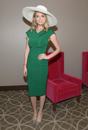 Kate Upton continued the minimalist-chic vibe with a pair of gray suede pumps.