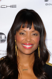 Aisha Tyler chose loose waves a choppy bangs for her red carpet beauty look at the Golden Trailer Awards.
