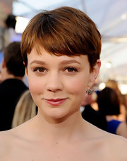 Carey Mulligan shows off her 19th Century diamond snake pendant earrings, in silver on gold on the red carpet.