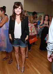 Tiffani Thiessen dressed up her tee and denim shorts with this structured black blazer.