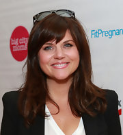 Tiffani Thiessen stuck to a casual and natural hairstyle when she sported a straight 'do with side-swept bangs.