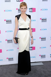 Michelle Williams augmented her stylish black-and-white gown with a sleek quilted flap clutch.