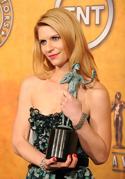 Actress Claire Danes excepted her SAG award wearing a four row old-mine cut diamond bracelet in silver on gold.