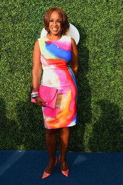 Gayle King rounded out her multi-hued ensemble with a hot-pink straw clutch.