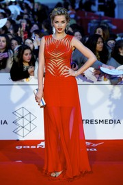 Ana de Armas paired her dress with a beige box clutch.