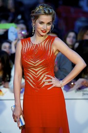 Ana de Armas completed her jewels with a broad gold ring.