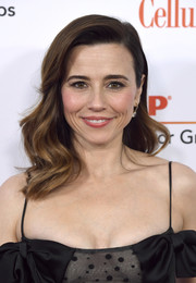 Linda Cardellini showed off a glamorous wavy 'do at the 2019 Movies for Grownups Awards.