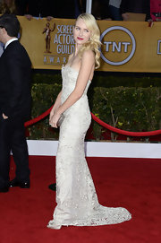 Naomi Watts looked like a beautiful bride in this strapless white lace gown at the SAG Awards.