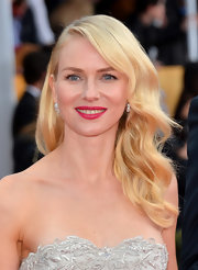 Naomi Watts gave her look a flirty finish with bright pink lipstick.